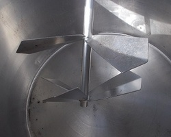 1 Cuve à ferment agitée de 600 litres avec circuit forcé fond + virole