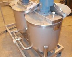 1 Plateforme avec 2 cuves de saumurage de 140 litres